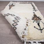 tapis berbere beni ouarain blanc symbole