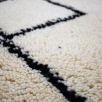 tapis berbere beni ouarain noir et blanc matiere