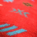 tapis berbere kilim rouge matiere