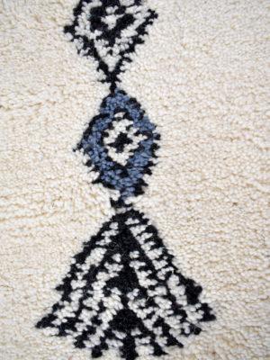 tapis-berbere-beni-ouarain-blanc-noir-Gris-TBO21-3